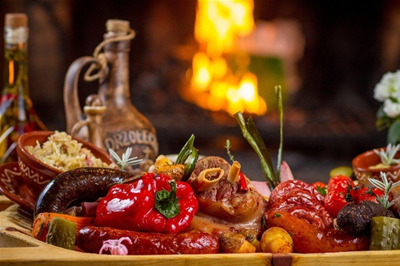 Korytko po świniobiciu, karczma góralska Młyniska, restauracja zakopane, gdzie zjeść, polecane, golonko, kiełbasa pieczona, warzywa grillowane, swojskie wyroby